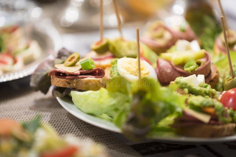 I antipasti misti/aperitivi hanno servito da dispositivo d'avviamento a natale ed ai nuovi anni di vigilia fotografie stock libere da diritti