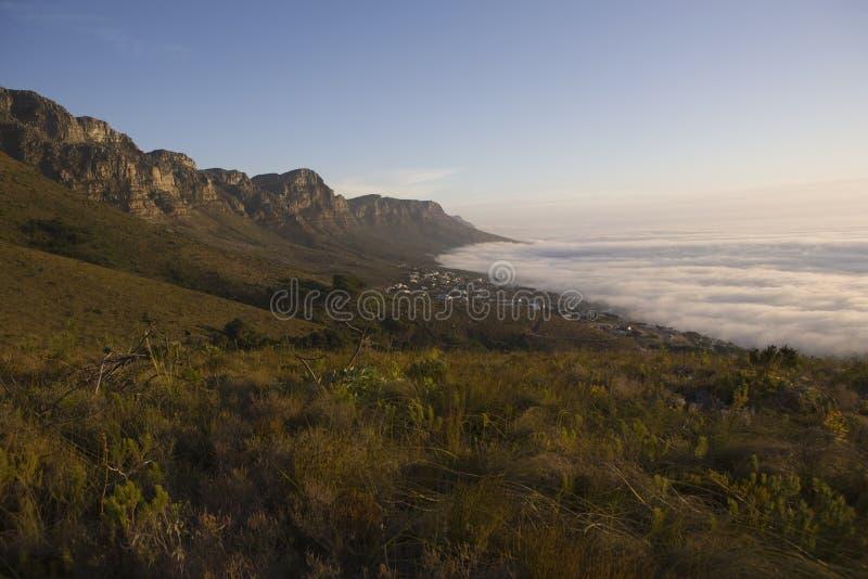 I 12 apostoli della montagna della Tabella si elevano sopra i campi abbaiano e Bakoven fotografie stock libere da diritti