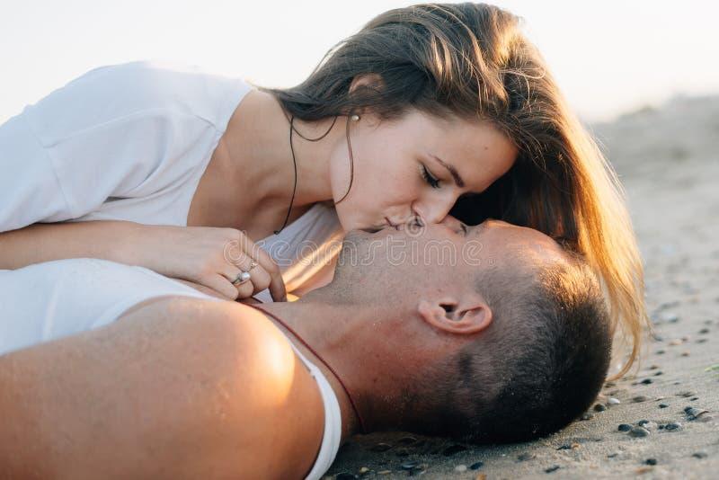 I baci amorosi delle coppie, una fine su fotografia stock