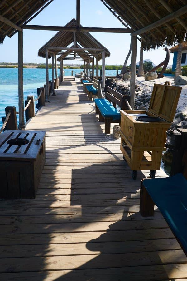 I bacini coperti della barca accolgono il turista nell'isola di rinascita in Aruba fotografia stock libera da diritti
