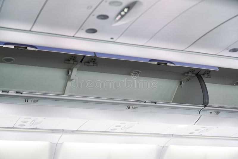 I bagagli della cabina sull'aeroplano fotografia stock libera da diritti