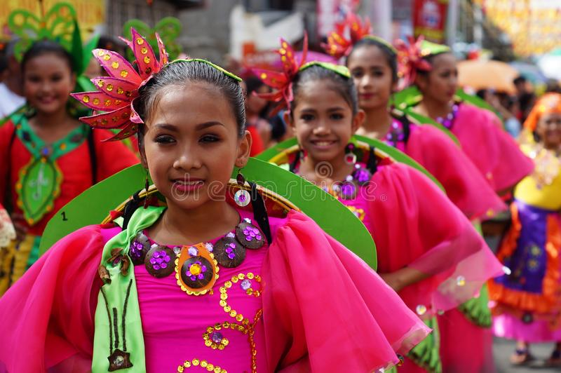 i ballerini di carnevale della ragazza in vari costumi ballano lungo la strada fotografia stock