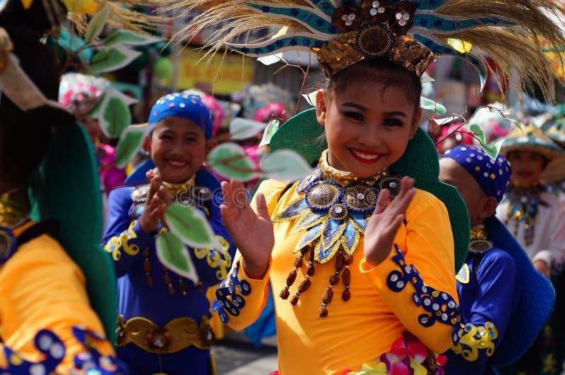 i ballerini di carnevale della ragazza in vari costumi ballano lungo la strada fotografie stock