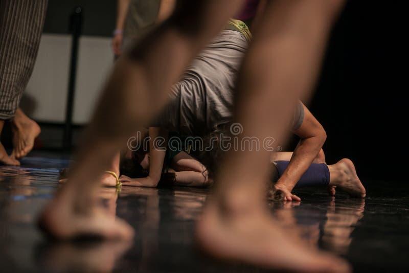 i ballerini paga, gambe, gambe di dacers, barefoots nel moto vicino al pavimento fotografia stock