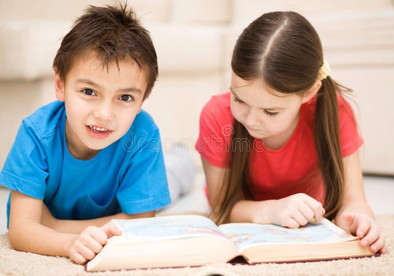 I bambini è libro di lettura fotografia stock libera da diritti