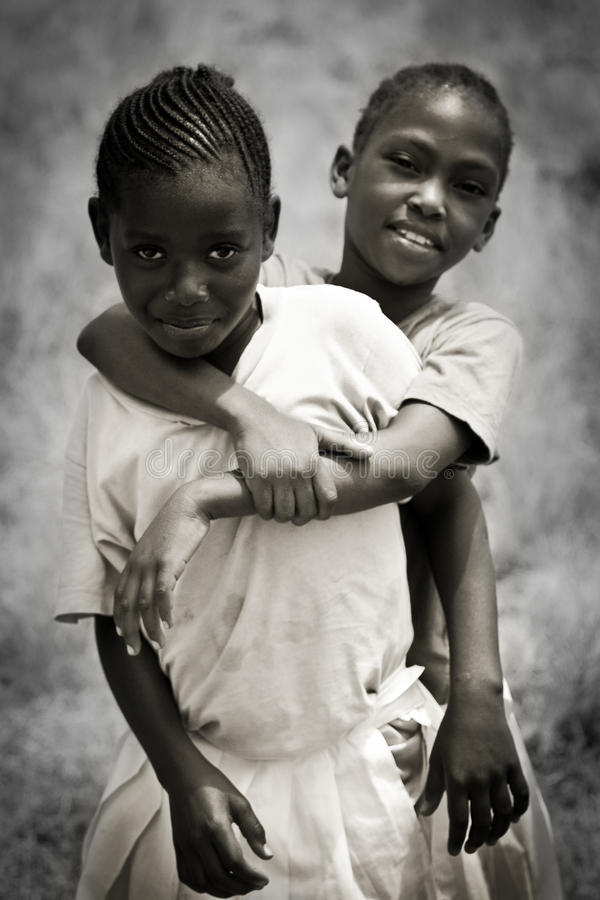 I bambini africani delle ragazze sorridono insieme fotografie stock