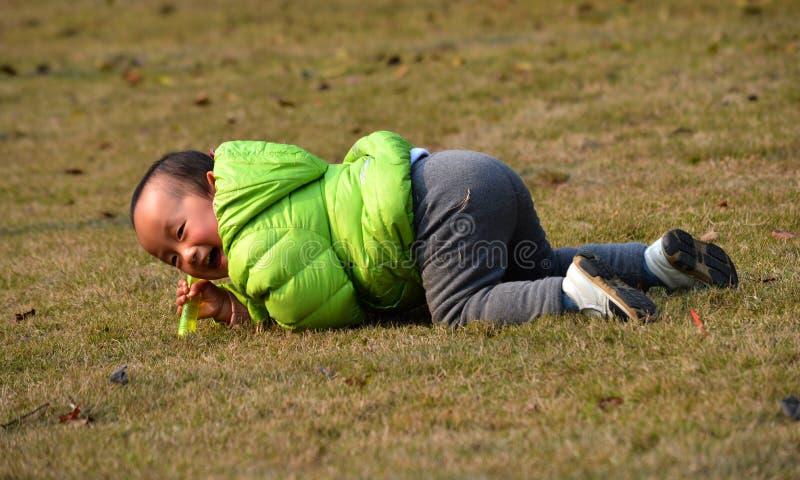 I bambini asiatici godono del sole fotografia stock