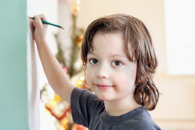 I bambini assorbono a casa, ragazzo che studia il disegno alla scuola fotografie stock libere da diritti