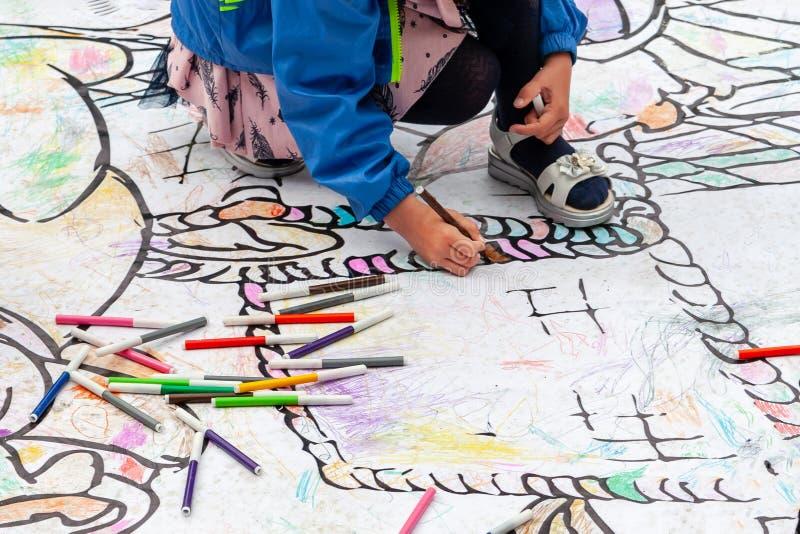 I bambini attingono il pavimento con gli indicatori colorati Spettacolo attivo dei bambini al festival fotografia stock libera da diritti