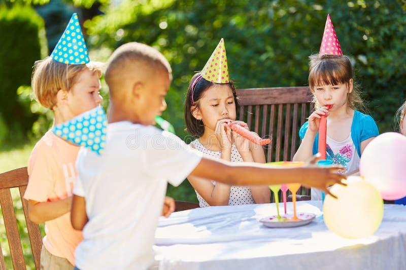 I bambini celebrano il compleanno in giardino fotografie stock