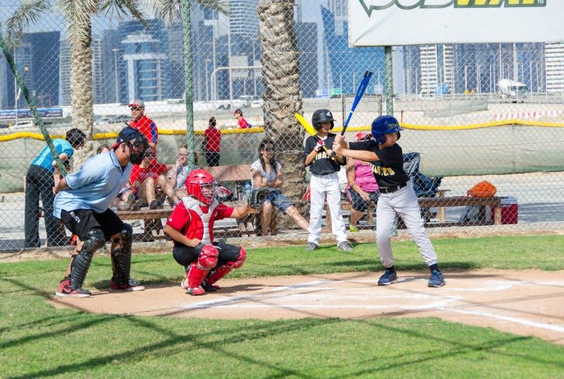 I bambini che giocano a baseball sul Dubai sistema, novembre 2015, i UAE fotografia stock libera da diritti