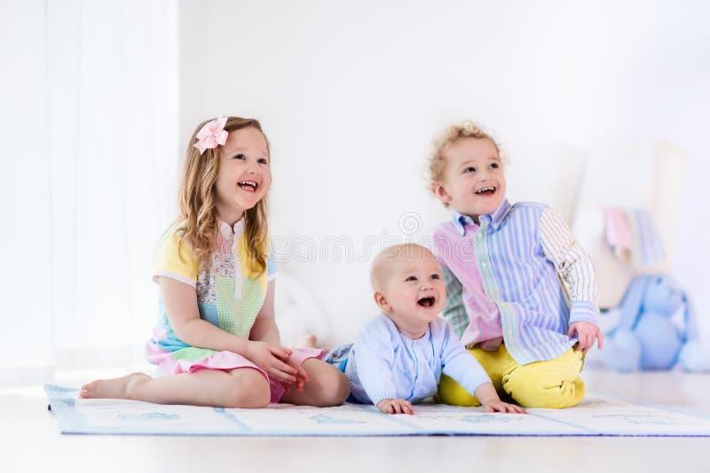 I bambini che giocano a casa, il fratello e la sorella amano fotografia stock libera da diritti