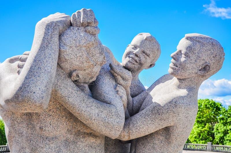 I bambini che giocano con la loro statua della madre in Vigeland parcheggiano, Oslo immagine stock