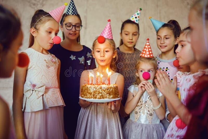 I bambini con una torta di compleanno si divertono immagini stock libere da diritti
