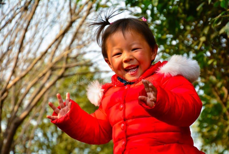 I bambini crescono felicemente al sole fotografie stock libere da diritti