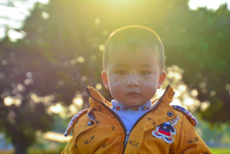 I bambini crescono felicemente al sole fotografia stock