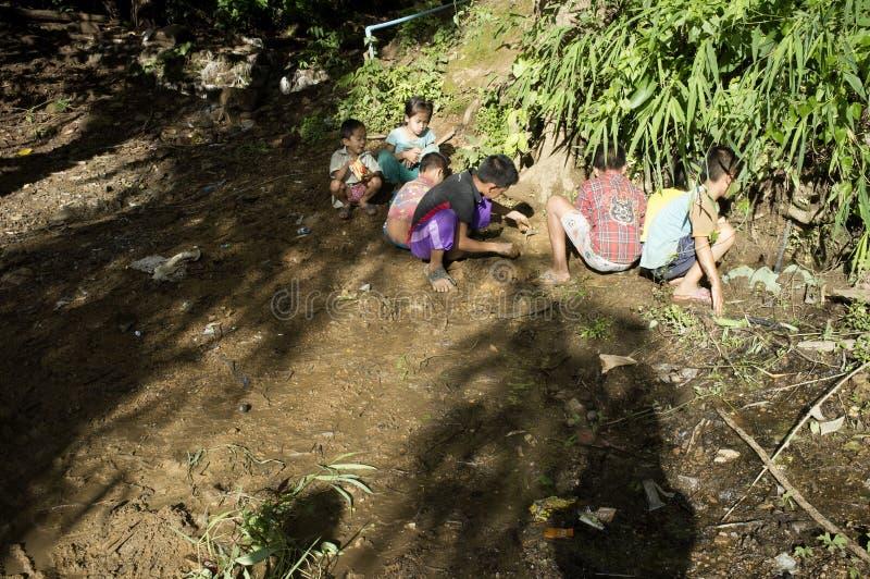 I bambini del villaggio stanno giocando sulla terra immagini stock libere da diritti