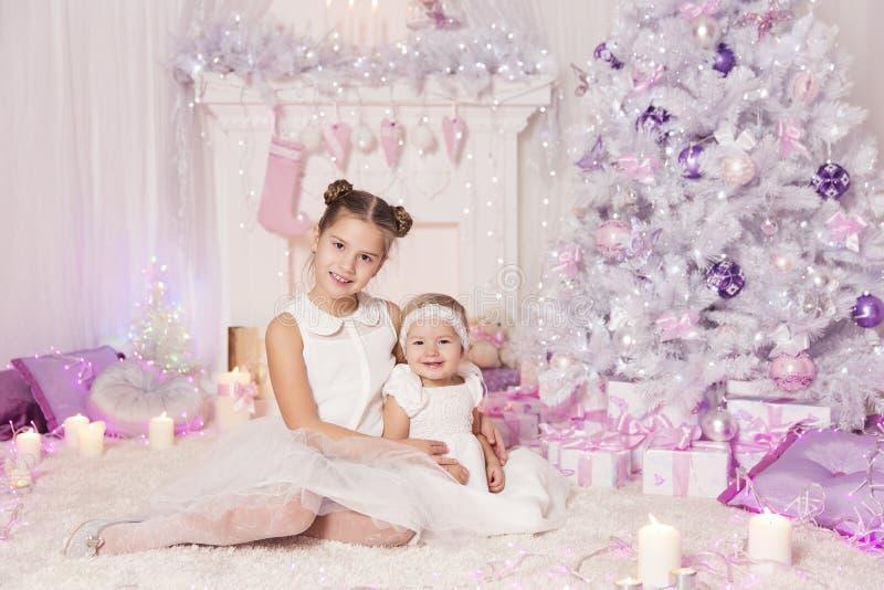 I bambini di Natale, neonate del bambino, hanno decorato la stanza rosa fotografie stock libere da diritti