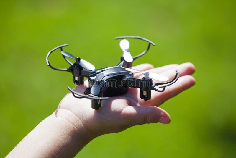 I bambini di Quadcopter passano il fondo dell'erba immagine stock libera da diritti
