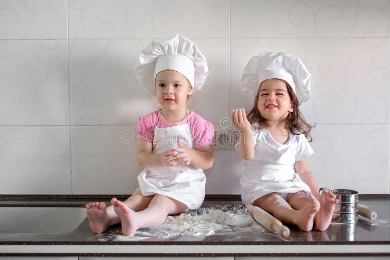 I bambini divertenti della famiglia felice stanno preparando la pasta, cuociono i biscotti nella cucina immagini stock