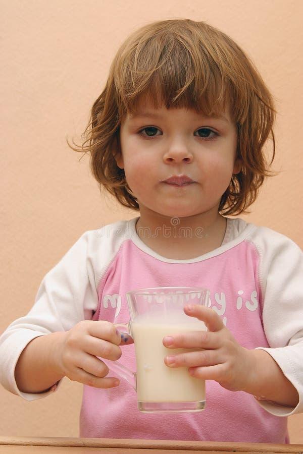 I bambini dovrebbero bere il latte immagini stock