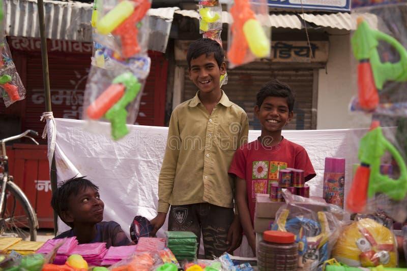 I bambini felici indiani colorano i colori completi del holi fotografia stock libera da diritti