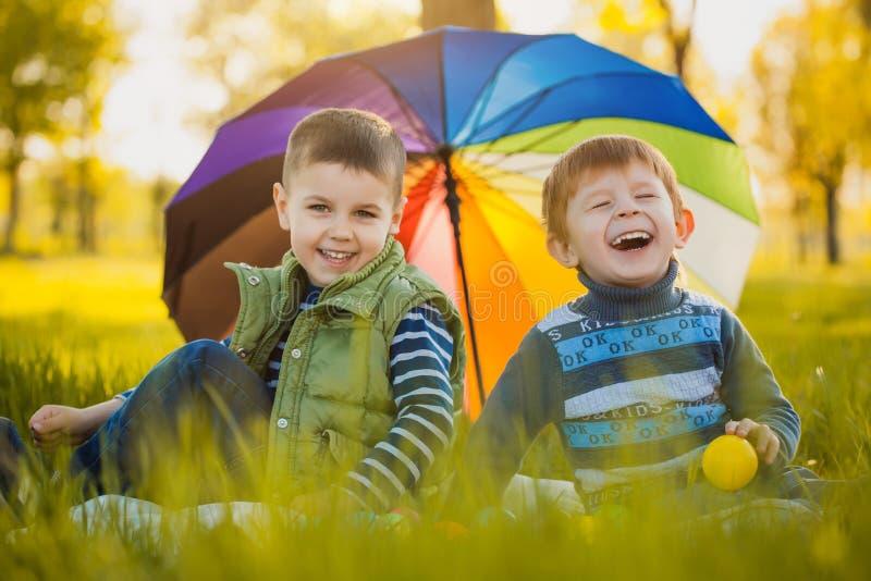 I bambini felici si divertono nel parco di aria aperta fotografia stock