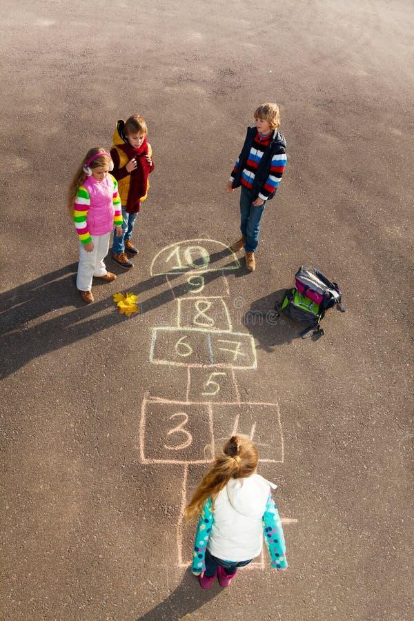 I bambini giocano a campana immagine stock libera da diritti