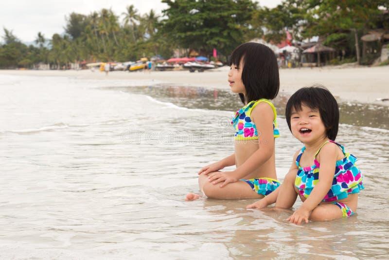 I Bambini Godono Delle Onde Sulla Spiaggia Immagini Stock