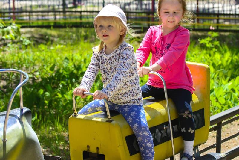 I bambini guidano sul carosello sul campo da gioco per bambini fotografie stock libere da diritti