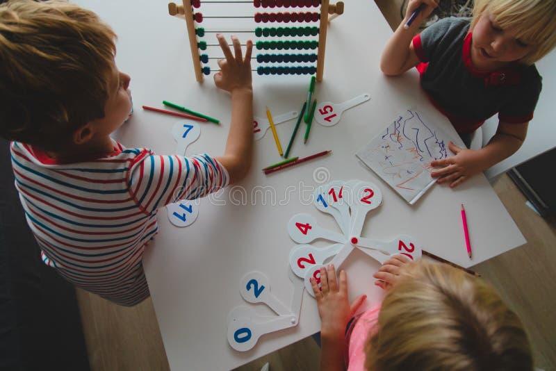 I bambini imparano i numeri, i calcoli dell'abaco, i bambini studiano la matematica immagini stock