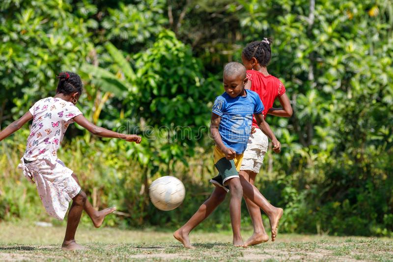 I bambini malgasci giocano a calcio, il Madagascar fotografia stock