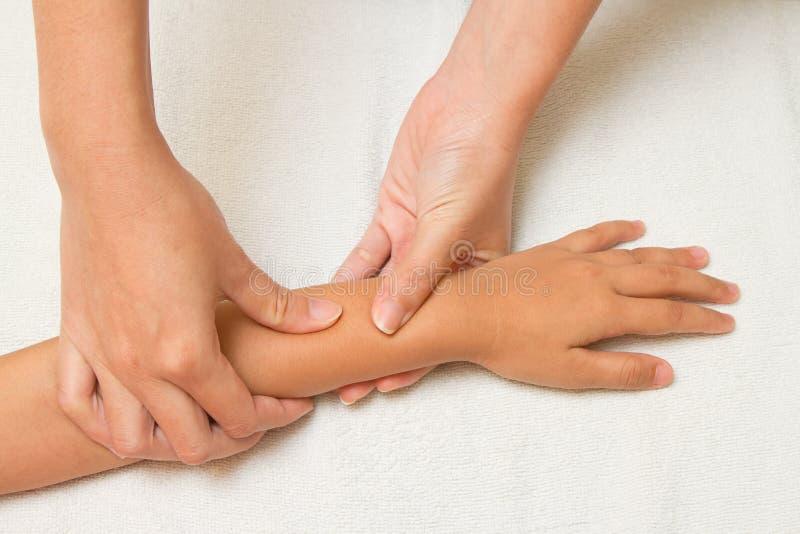 I bambini massaggiano con la mano del morther immagine stock