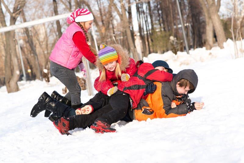 I bambini nell'inverno parcheggiano imbrogliato nella neve immagini stock libere da diritti