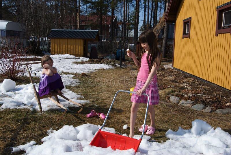 I bambini nella sorgente si sono induriti temperato fotografia stock