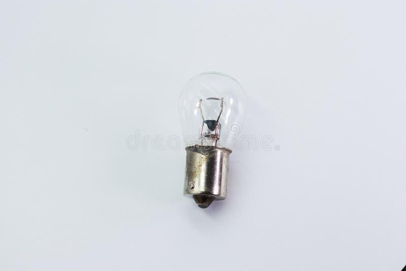 I bambini passano giudicare una lampadina isolata su fondo bianco immagini stock libere da diritti
