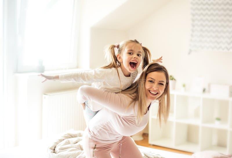 I bambini rendono a vita il migliore genere di occupato fotografia stock