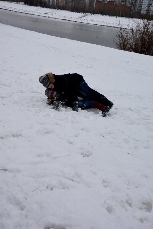 I bambini sono allegri e felici nel parco sul fine settimana nell'inverno fotografia stock libera da diritti