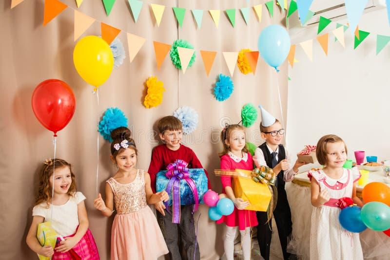 I bambini sono felici di essere sul partito b giorno fotografie stock libere da diritti