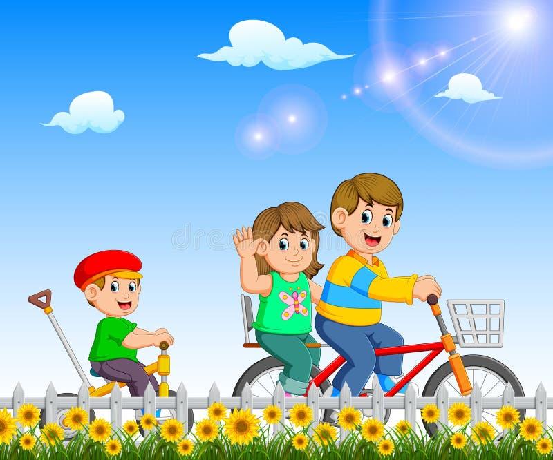 I bambini sono giocanti e guidanti la bicicletta insieme nel giardino illustrazione vettoriale