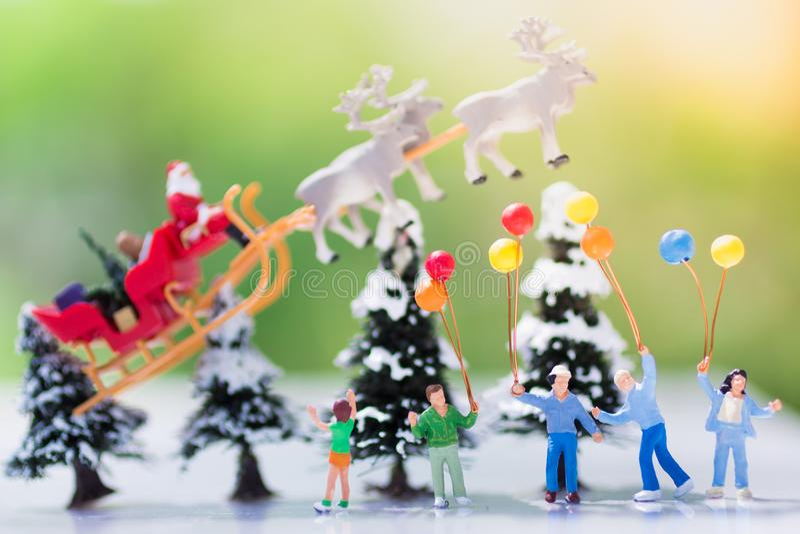 I bambini stanno aspettando un regalo da Santa Cross, usando come sul giorno di Natale immagine stock libera da diritti