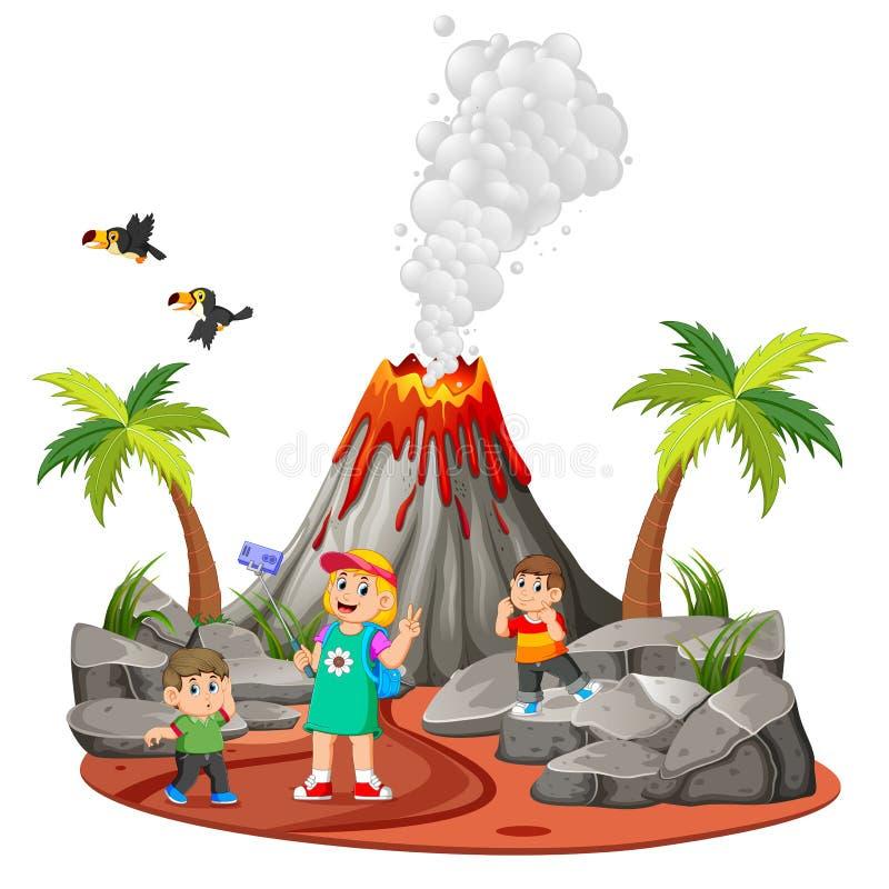 i bambini stanno facendo la festa e stanno prendendo un'immagine vicino al vulcano royalty illustrazione gratis