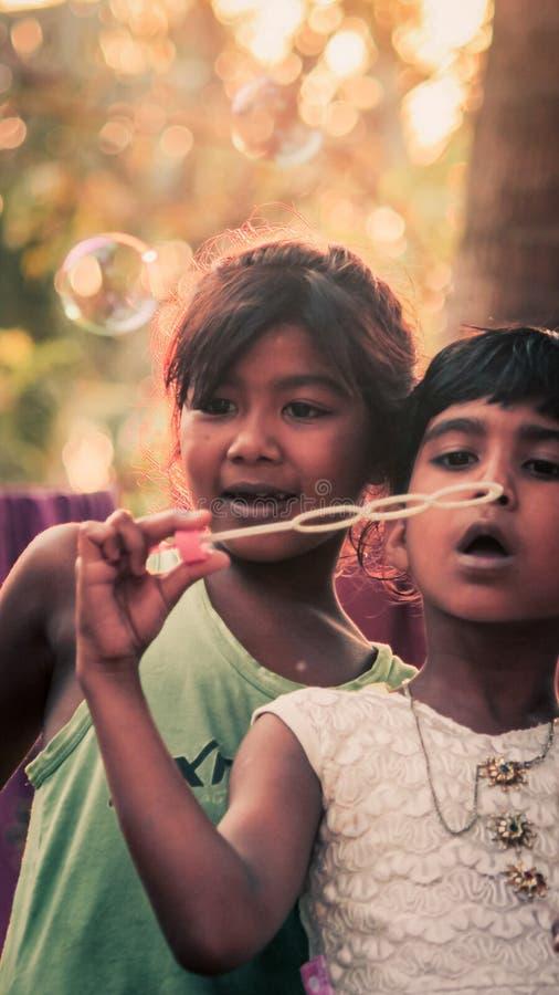 I bambini stanno giocando con la bolla fotografia stock