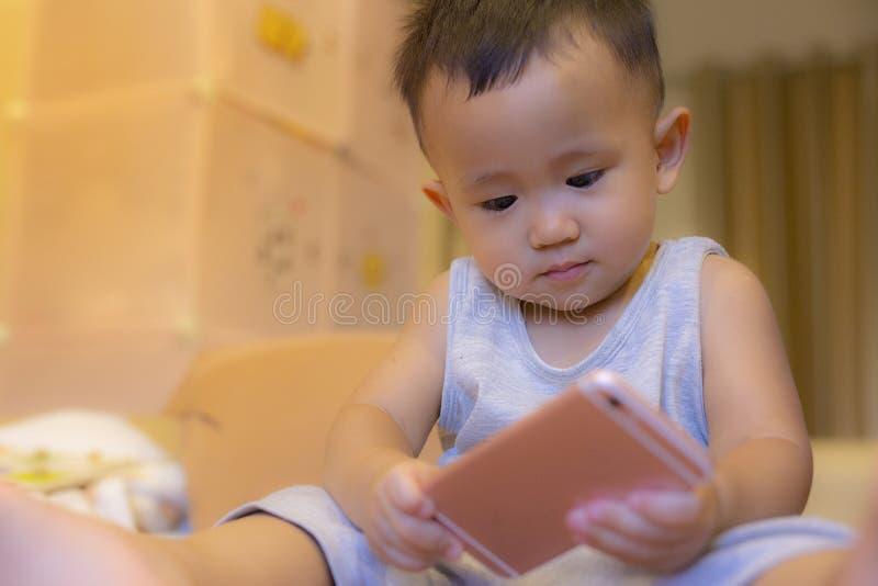 I bambini stanno giocando il cellulare immagine stock libera da diritti
