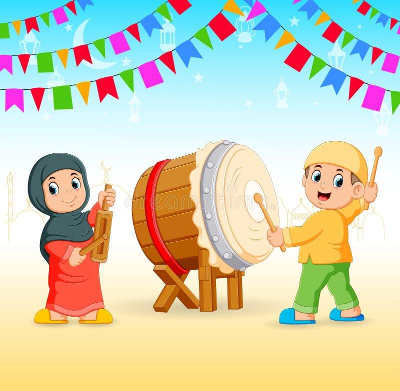 i bambini stanno placcando gli strumenti di musica ed il tamburo per l'evento del Ramadan royalty illustrazione gratis
