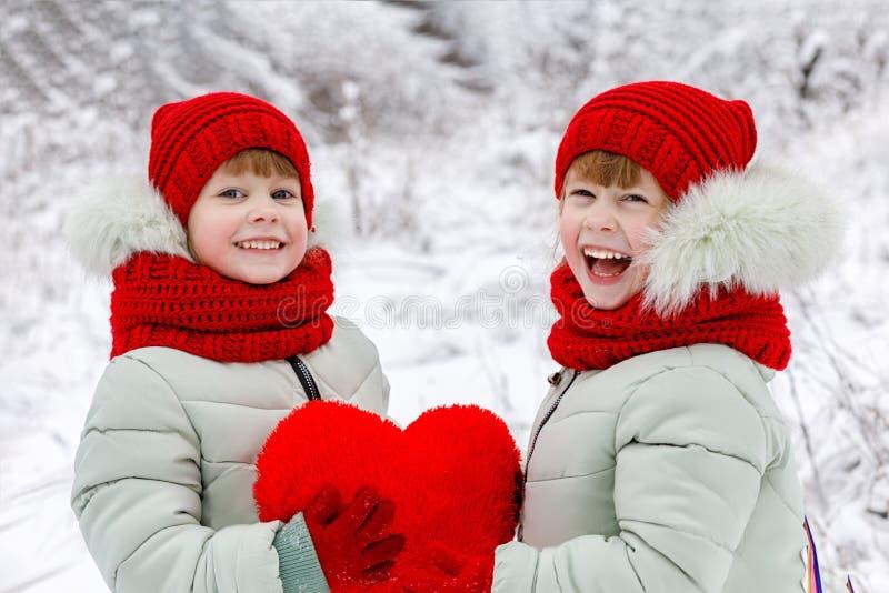 I bambini stanno tenendo un cuore in loro mani fotografie stock