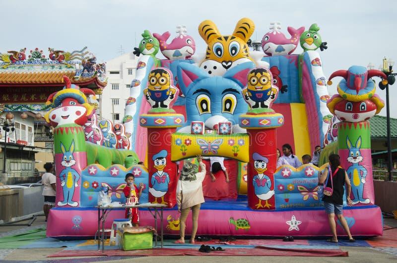 I bambini tailandesi asiatici si rilassano il gioco sul campo da giuoco gonfiabile o dentro immagini stock