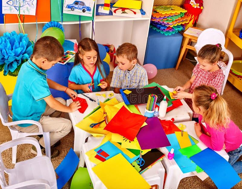 I bambini usano la carta colorata per creatività fotografia stock