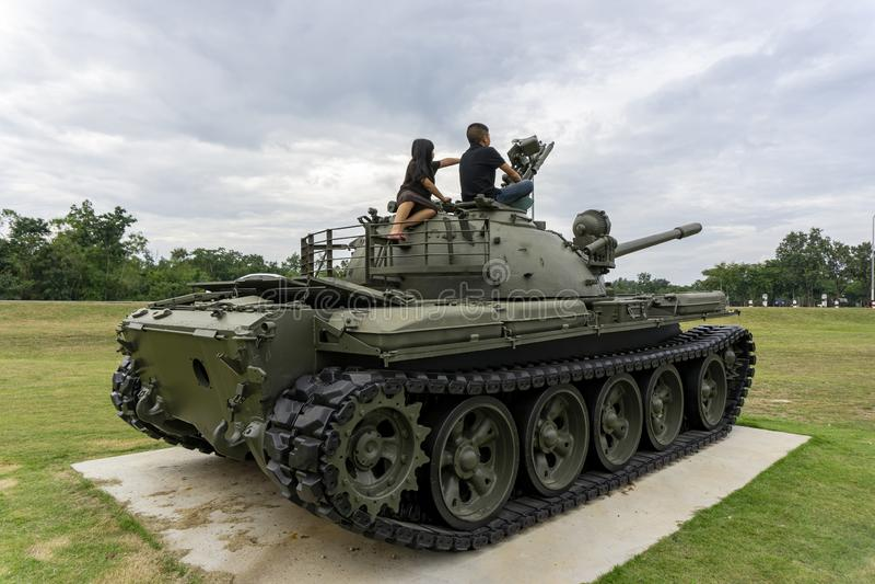 I bambini vanno sedersi su un carro armato nel museo dei veterani del Vietnam, provincia di Kanchanaburi, Tailandia - 5 dicembre  fotografia stock libera da diritti