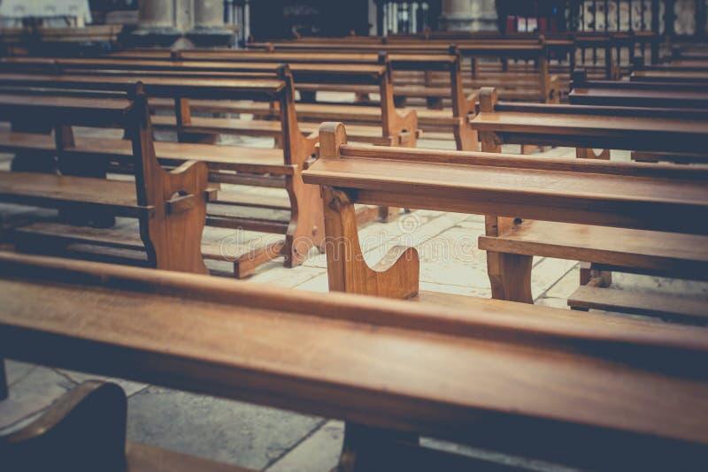 I banchi dettagliano in chiesa immagine stock libera da diritti